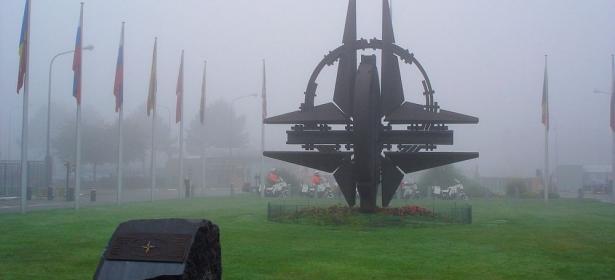 """مسؤول أمريكي يكشف متى ينهار """"الناتو"""""""