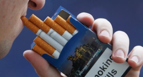 الصدفة تقود رجلا لاكتشاف صورة رجله المبتورة على علب السجائر