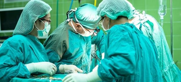 سكاكين ومفك وشفرات حلاقة…أطباء يخرجون 33 جسما غريبا من معدة مريض
