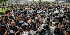 اشتباكات بين شرطة هونج كونج ومحتجين بعد مسيرة قرب الحدود مع الصين