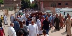 أهالي قرية كفر تصفا بالقليوبية يستقبلون جثمان العالم المصري لدفنه بمسقط رأسه
