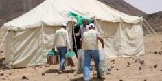 مركز الملك سلمان للإغاثة يوزع  كراتين تمور وأطراف صناعية في محافظات اليمن ومواد إيوائية للنازحين من الجوف إلى محافظة مأرب