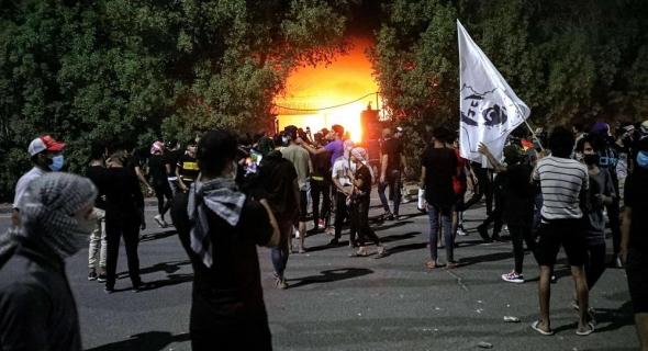 عراقيون يدمرون مقار أحزاب شيعية موالية لإيران