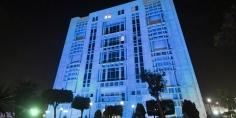 المجلس العربي للطفولة والتنمية يضئ مقره باللون الأزرق بمناسبة اليوم العالمي للطفل